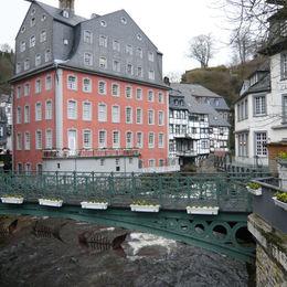 Premium-Wanderweg Eifelsteig ohne Gepäck erkunden - monschau-roteshaus