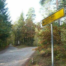 Wegweiser 50 km nach Berlin